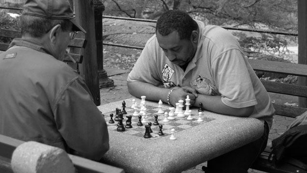 playing-chess-in-central-park.jpg.pagespeed.ce.YGFkmMoq7A