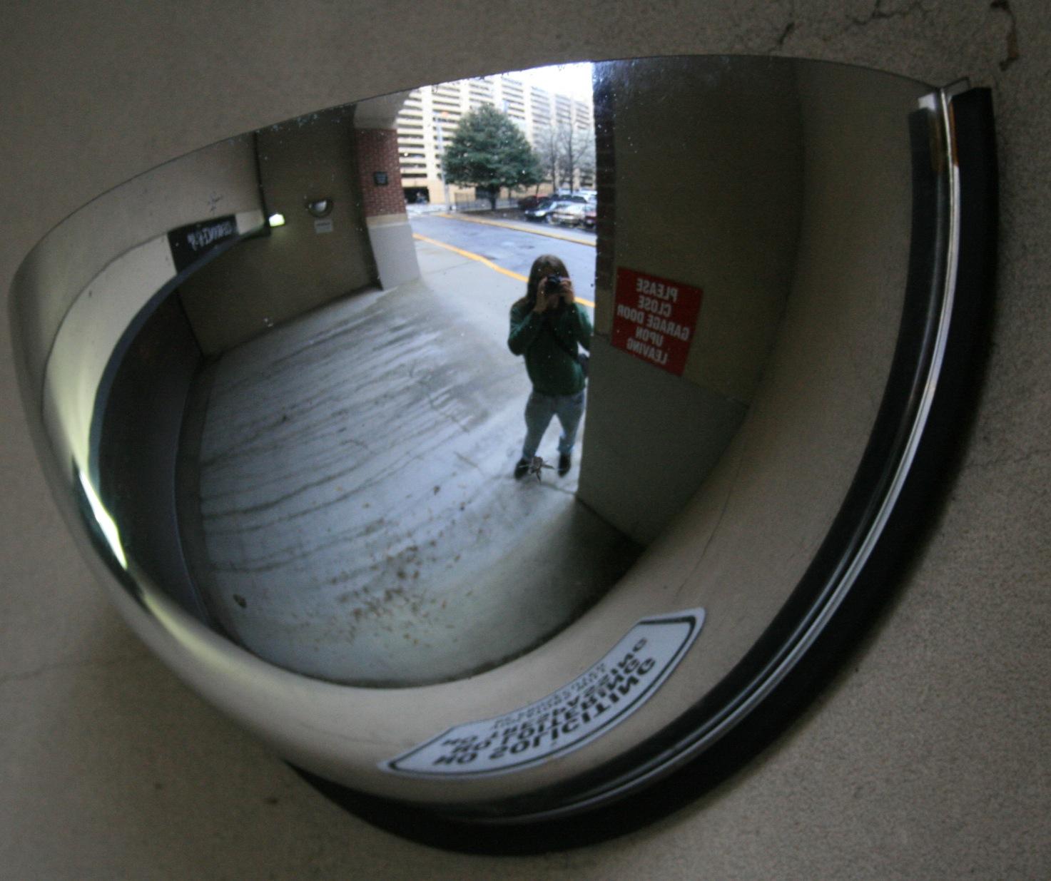 2008-03-14_Convex_mirror_in_Atlanta_garage_entrance